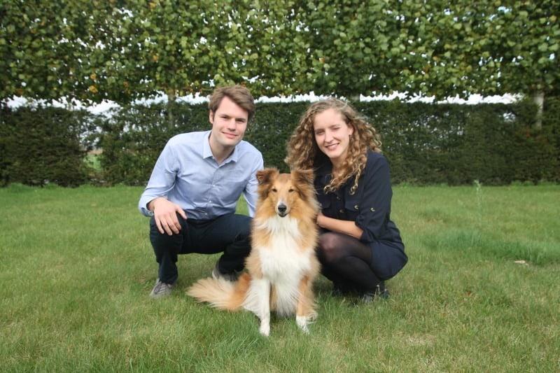 Mattijs en Charlotte, oprichters van BuddyBites, met Sky, een Sheltie.