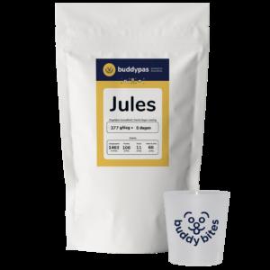 Zak met hondenbrokken van BuddyBites op maat voor Jules. Inclusief maatbeker om de voeding af te meten.