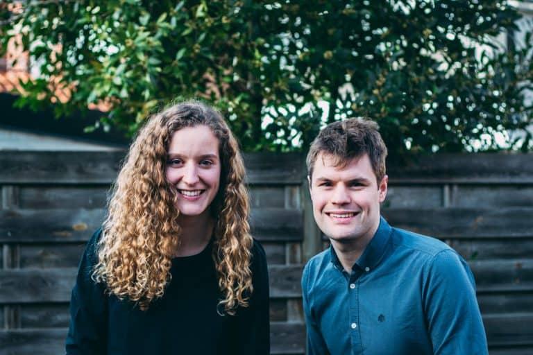 BuddyBites oprichters Charlotte en Mattijs staan beide te lachen.