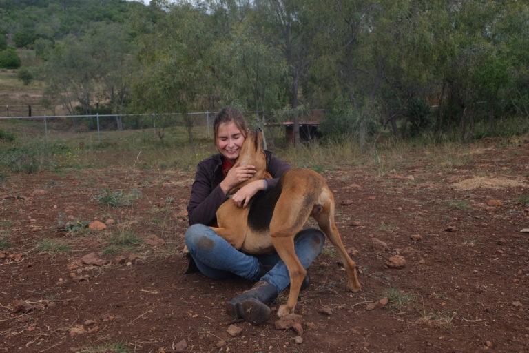 Dierendokter Ellen knuffelt foxhound in Australië.