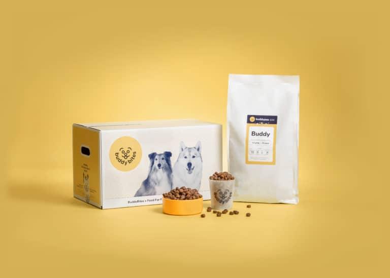 Hondenvoeding BuddyBites met persoonlijke etiket en maatbeker.