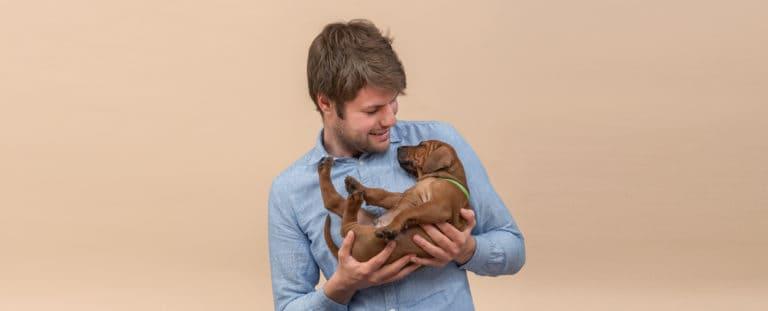 Oprichter hondenvoeding BuddyBites met pup in de armen